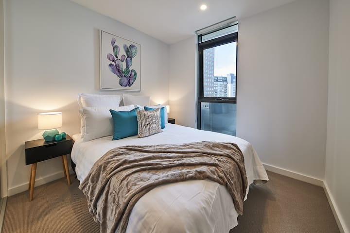 Valencia By The Yarra - Executive 3 Bedroom Apartment near Yarra River and Flinders St