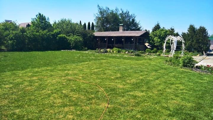Прекрасный дом с бассейном, баней и лужайкой