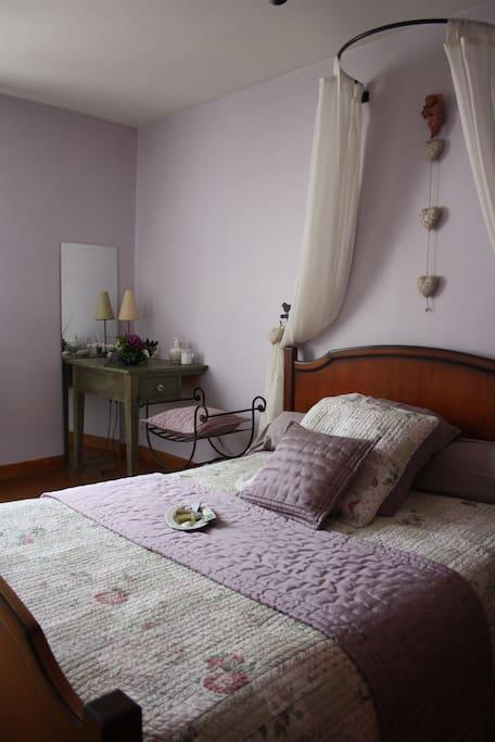La chambre, aux couleurs douces et calme
