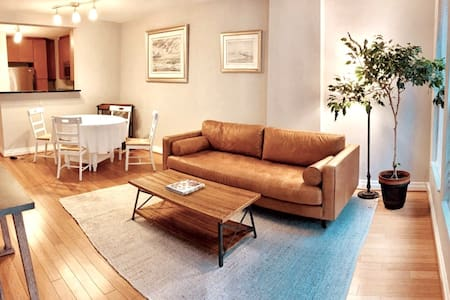Modern, cozy condo near all attractions and Metros