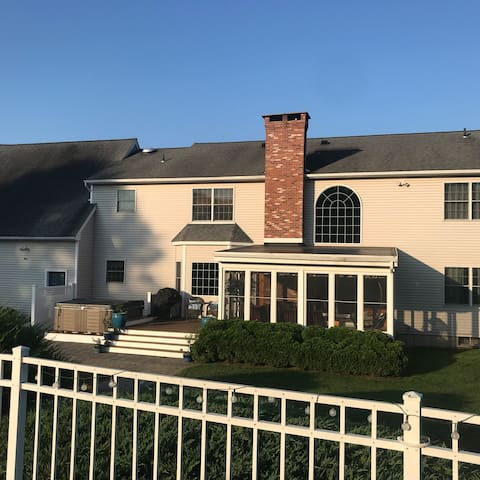 Immaculate  4 BR home on cul de sac in Suffield.