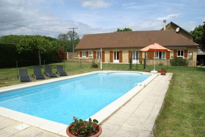 Preciosa casa de vacaciones en Saint-Pompont con piscina privada