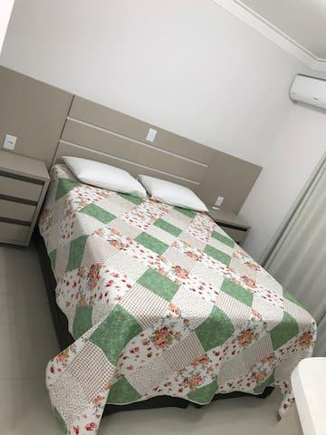 Suíte 2 (cama box queen) com ar condicionado (quente/frio)