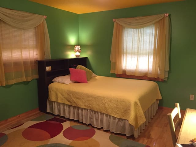 Comfy 'Northern Lights' Guest Room - Harbor Springs - House