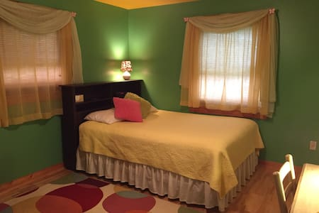 Comfy 'Northern Lights' Guest Room - Harbor Springs - Hus