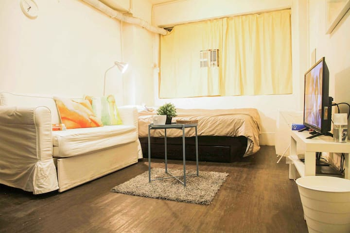 Sheung wan / central cozy studio B 30 sec to MTR