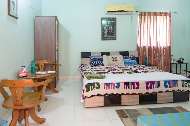 COZY ROOM WITH AC & TV  @VIMANNAGAR - Pune - Huis