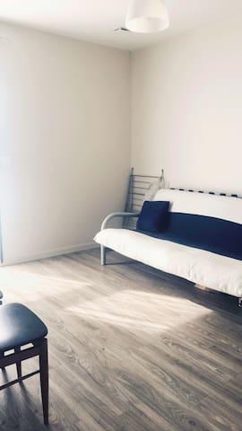 Chambre privée dans une maison en bois moderne