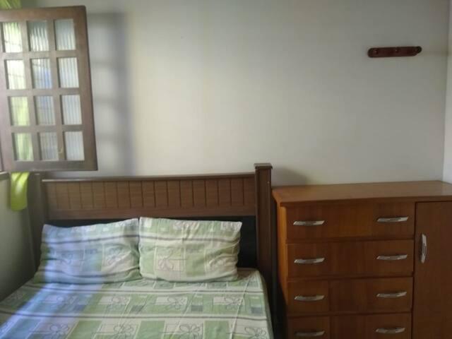 Quarto com Cama de casal, cômoda para guardar pertences e ventilador de teto.