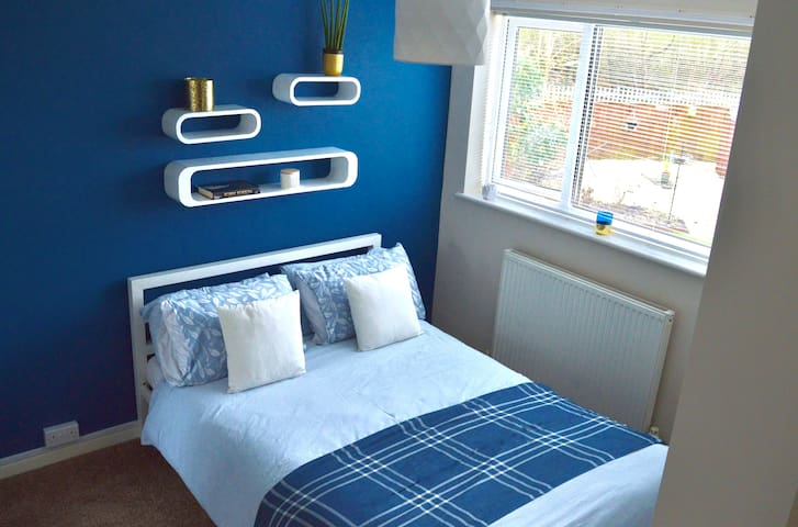 Blue room in large detached house - Newcastle