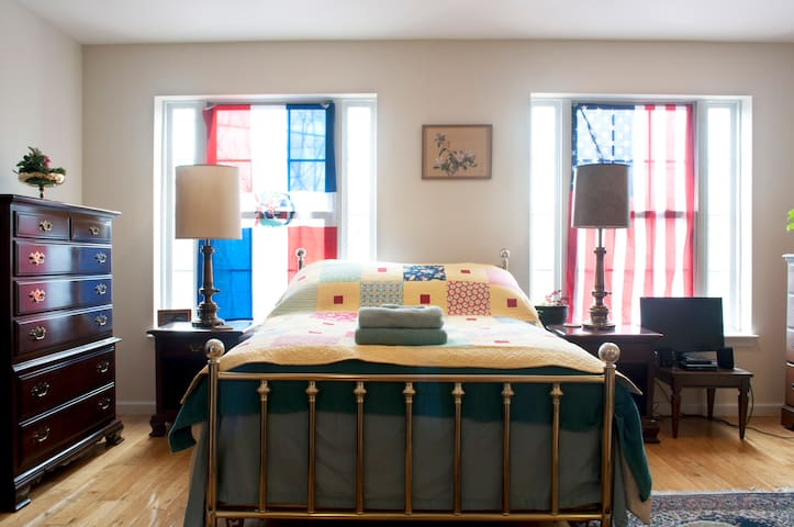 Explorers Castle (Huge Private Guestroom & Bath) - Philadelphia