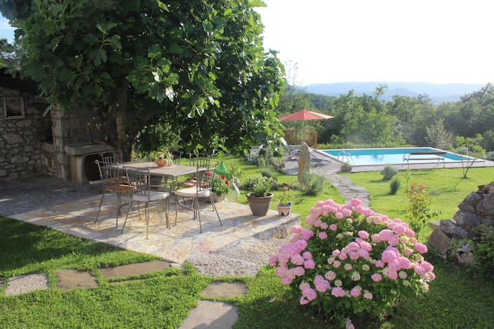 Neighbors free Villa Mavrići - Buzet - วิลล่า