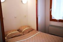 La chambre avec un lit double 140cm neuf