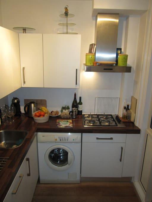 Kitchen (including oven, microwafe, coffee machine et cetera) & washing machine
