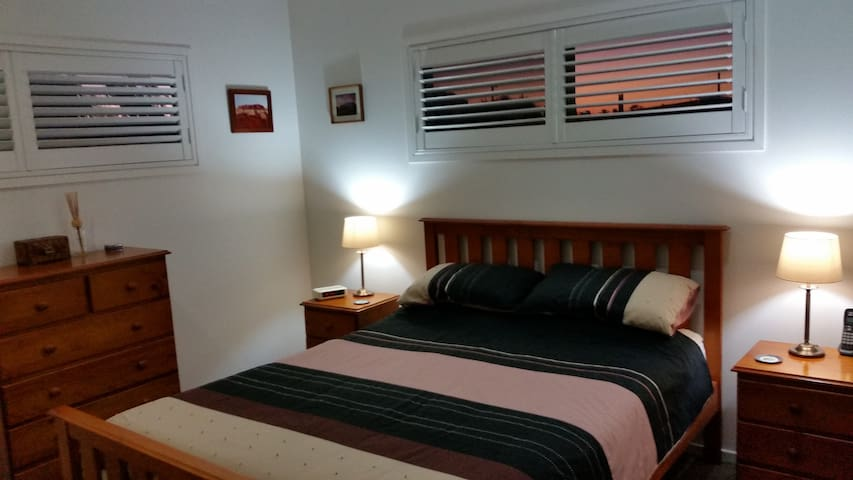 Large modern room, Queen bed, 5k's to CBD