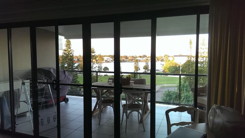 Beautiful lake view apartment - Parrearra - Daire