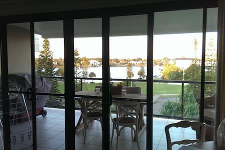 Beautiful lake view apartment - Parrearra