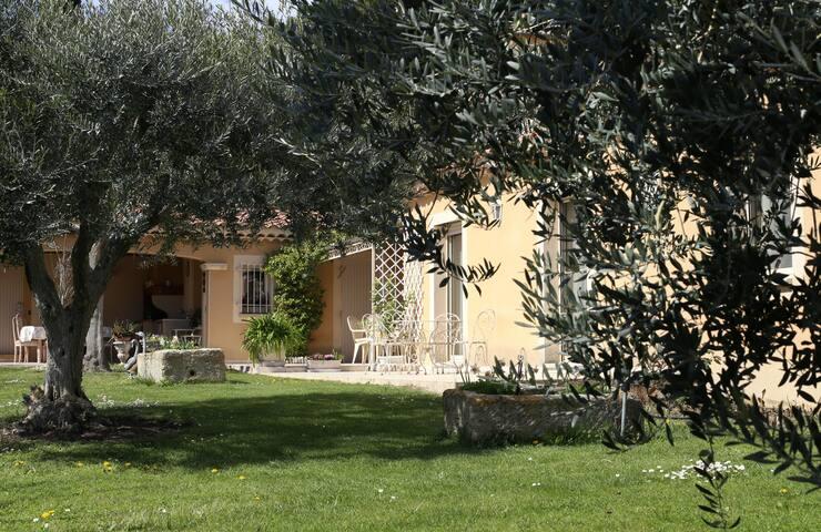 Villa provençale, au pied du Mont Ventoux.