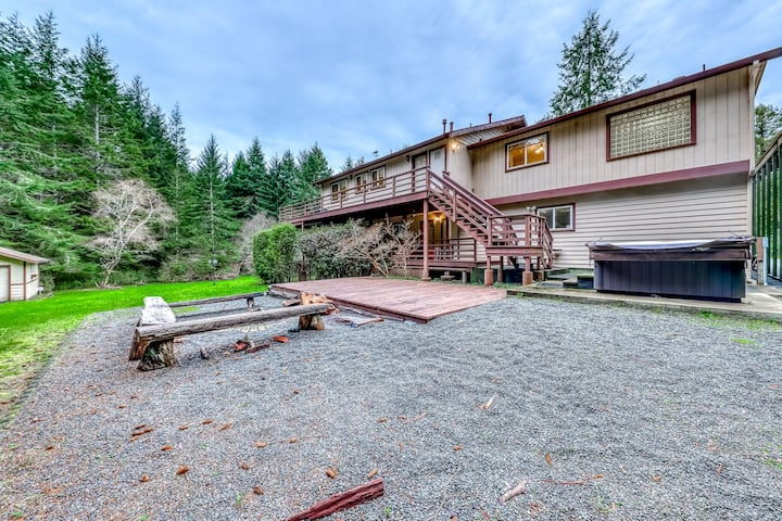 Newly-updated home w/ a private hot tub & firepit - close to beaches & Redwoods