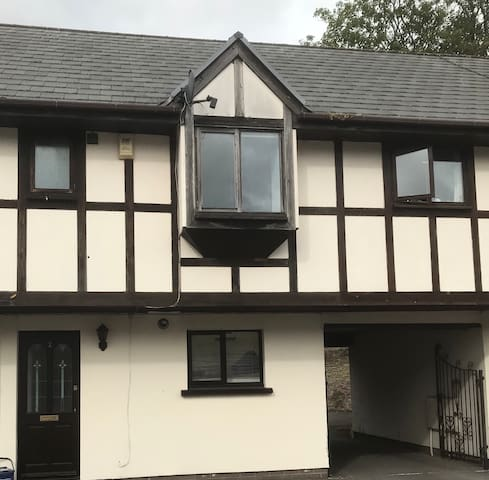 2 bed whole house in Abergavenny town centre