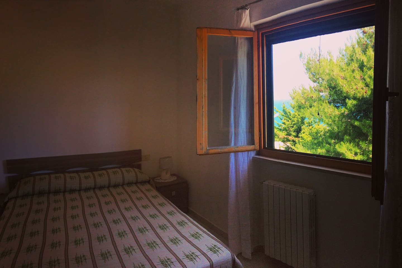 camera matrimoniale con finestra vista mare