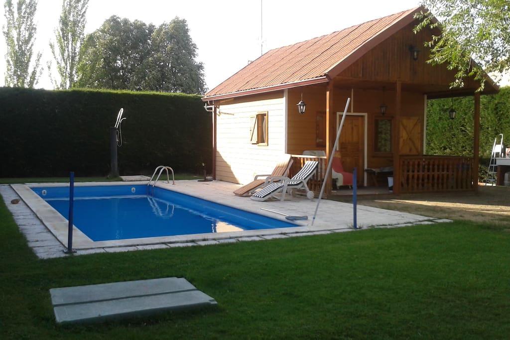 Casa de madera con piscina a doce km de segovia for Piscinas aki catalogo