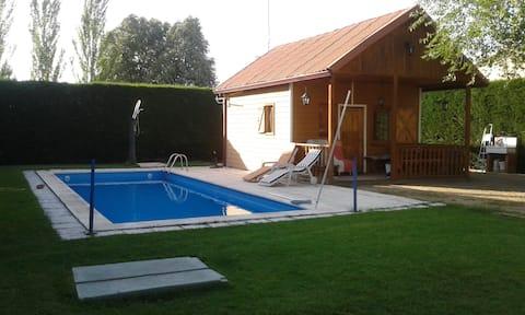Uma casa de piscina de madeira a 12 km de Segóvia