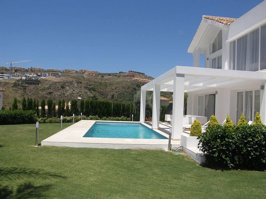 Luxury villa in marbella sea view 1 min to golf ville for Quanto costa una casa con 4 camere da letto