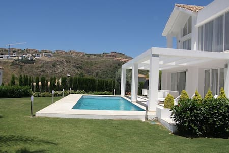 New Built Luxury Villa in Marbella - 1 min to Golf - ベナアヴィス