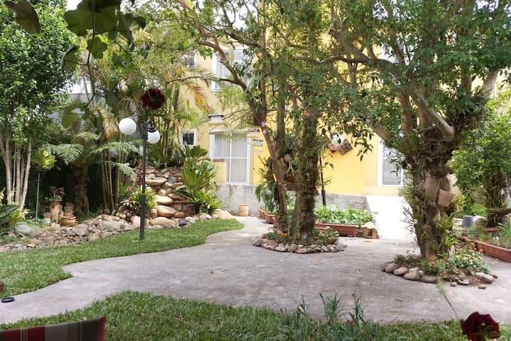 Casa Canário - lindo jardim a 7 km do centro