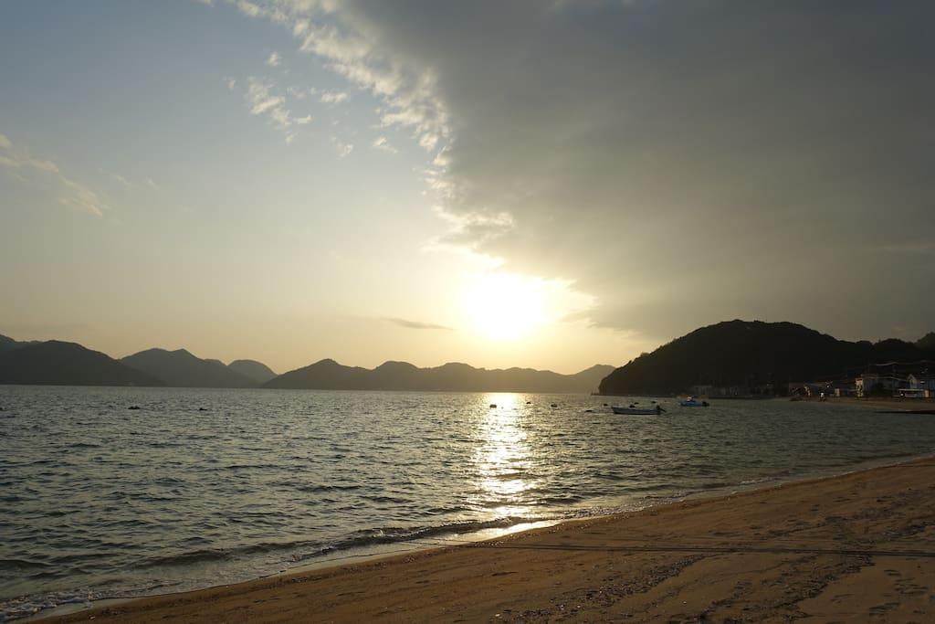 海までは徒歩30秒。泊まらなければ味わうことのできな息を呑むほど絶景の朝日を、是非見てみてほしいです。/ 30sec walk to the sea.hope you to see the view of sun rise.witch you can't see without staying this place...