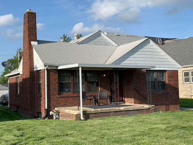Freshly remodeled brick home - 1/4 mile to IMS