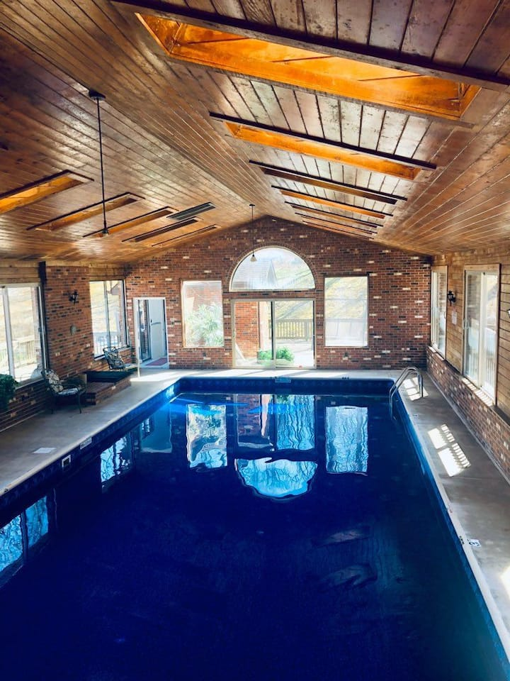 Red Rooster Cabin: *Heated Indoor Pool & Hot Tub*