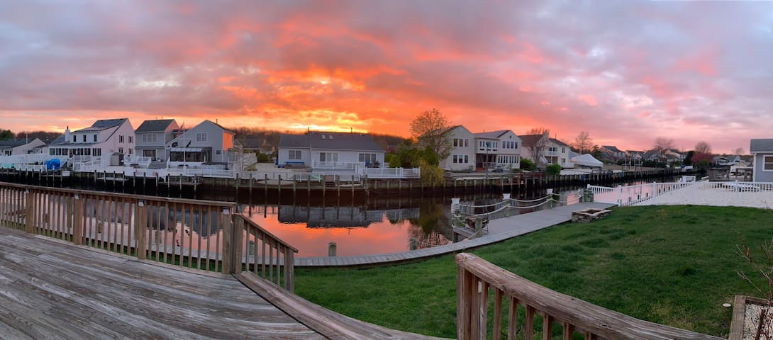 Waterfront retreat, minutes from the beach!