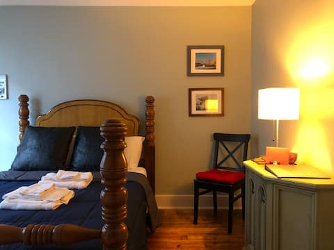 Private Guest Room in Cozy Midtown Bungalow