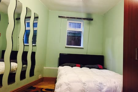 Double room + office, shared kitchen and bathroom - Enfield