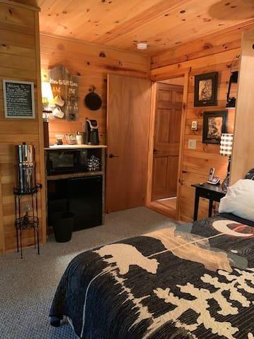 Bear Pause Inn, mtn log home, private entry suite.