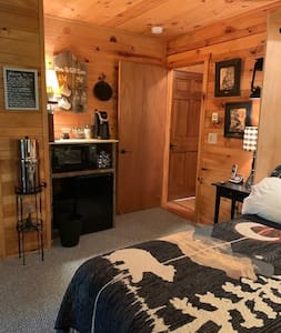 Bear Pause Inn, mtn log home, private entry suite.