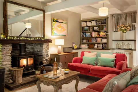 Spacious fishermans cottage moments from the beach