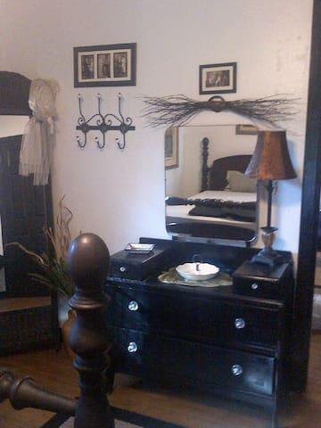 """JUNE ROSE COTTAGE"", MIL Apt in Private Home - Pasadena"