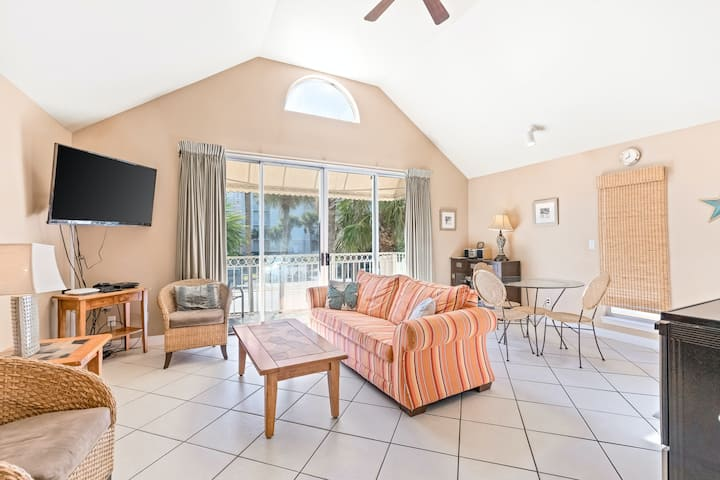 Cozy, inviting cottage, Steps to the gulf, Close to entertainment