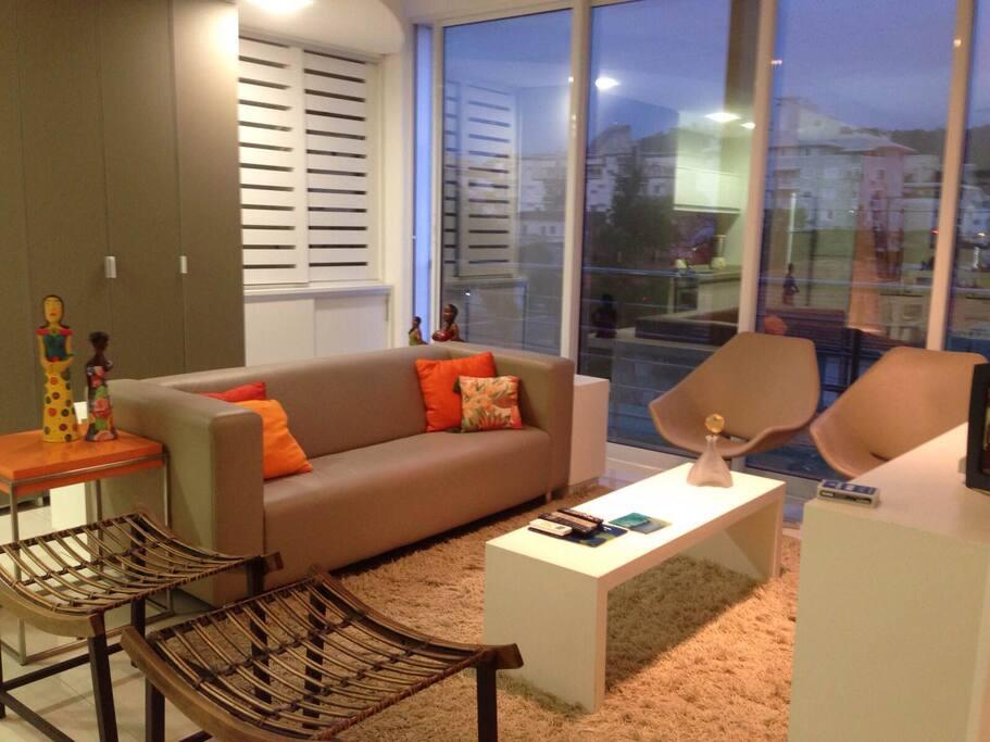 Sala de estar ensolarada, climatizada com   split e finamente decorada