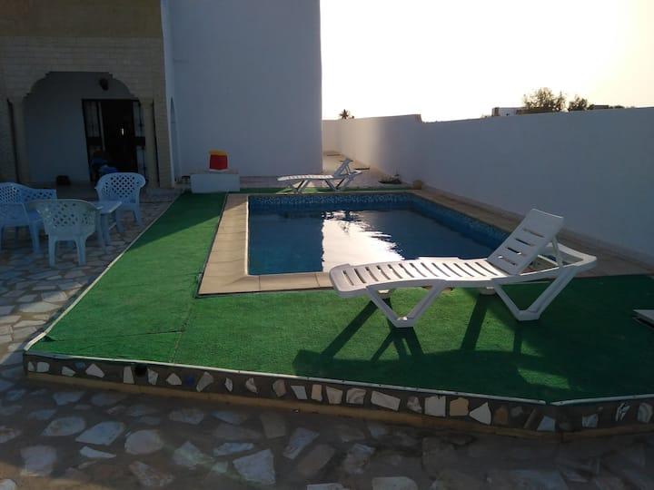 Villa avec piscine calme à tezdayin Djerba
