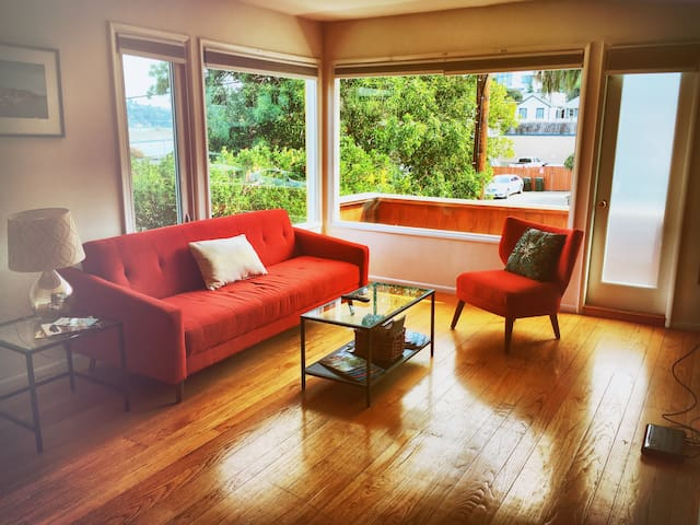 Spacious flat in Sausalito, close to the water!
