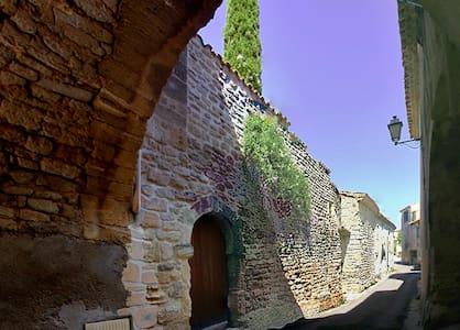 Gran Apartamento en un muy bonito patio del s. XIV - Junas