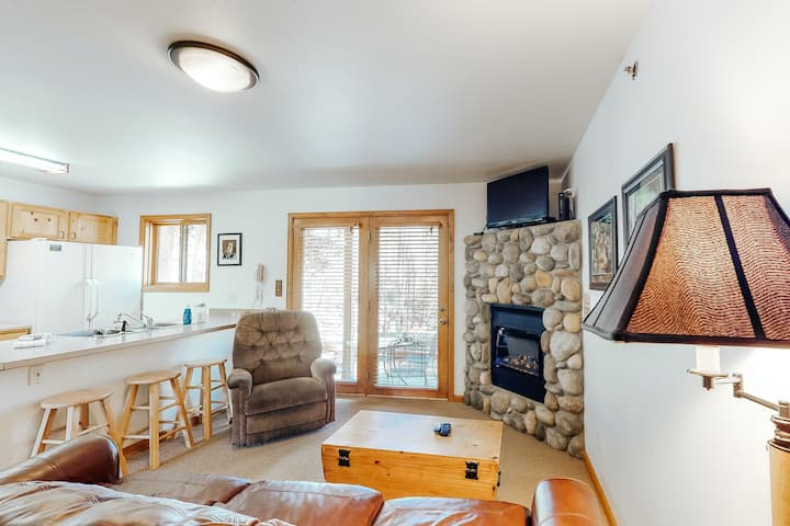 Creekside condo w/ patio, gas fireplace, full kitchen, and open layout!