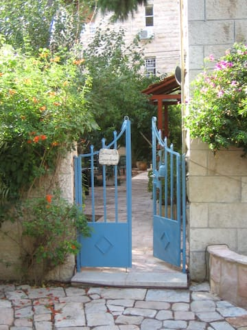 COSY 2R GERMAN COLONY GARDEN APPT - Jerusalem - Apartment