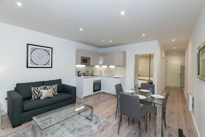 Modern One Bedroom Apartment Heathrow + Parking