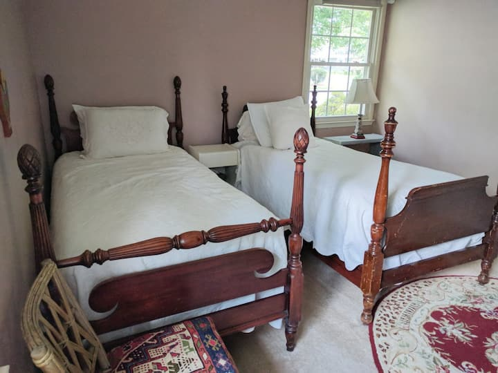 2 twin beds in home near IAD