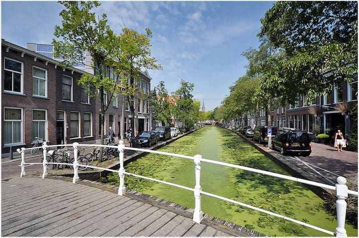 Spacious canal apt in the heart of historic Delft